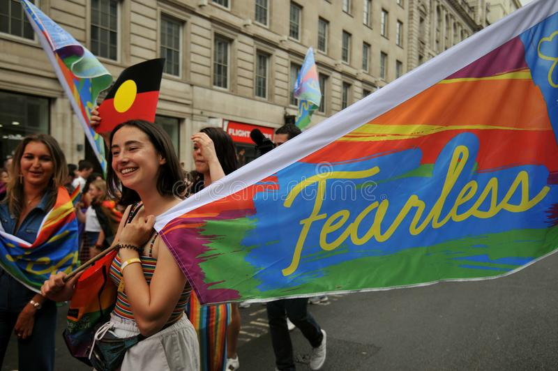Unga aktivister på London stolthet ståtar i London, England 2019 arkivbild