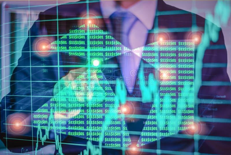 Unga asiatiska affärsmän som pekar fingrar, diagrammet för materieldiagraminvesteringen, hologramnätverksblått, glöder royaltyfri fotografi