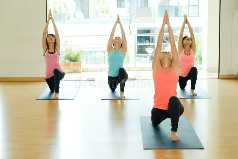 Unga asiatiska kvinnor som öva yogameditationen, sund livsstil, arkivbild