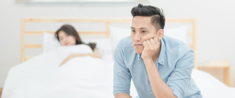Unga asiatiska par som har argument och grälar med de fotografering för bildbyråer