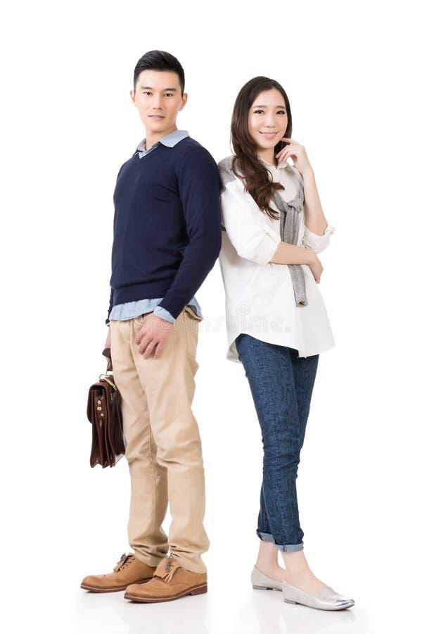 Unga attraktiva asiatiska par royaltyfri foto