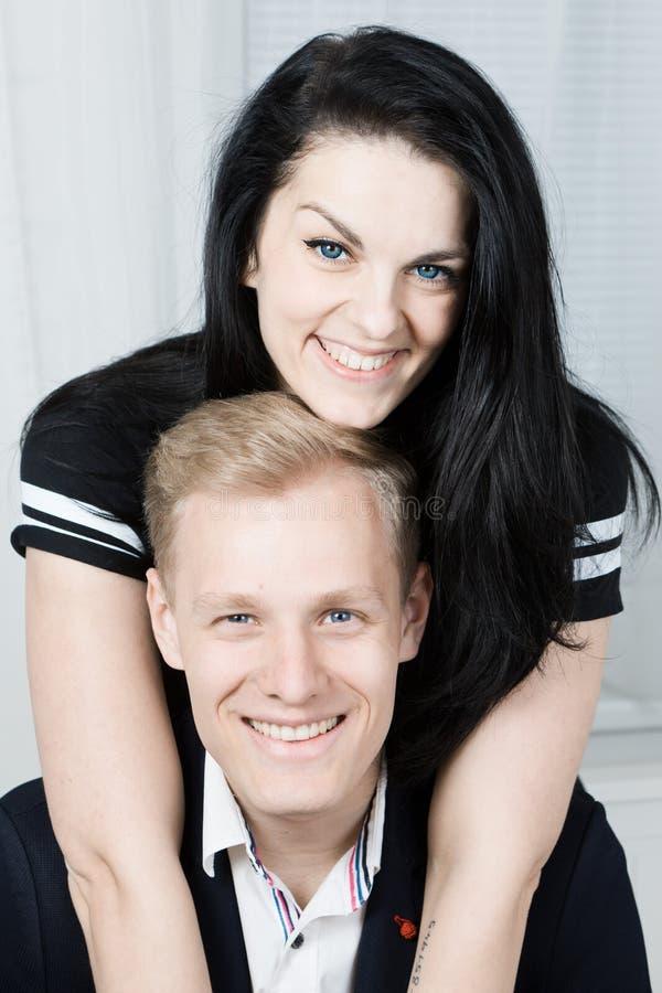 Unga attraktiva förälskade affärspar posera tillsammans - ståenden arkivfoton