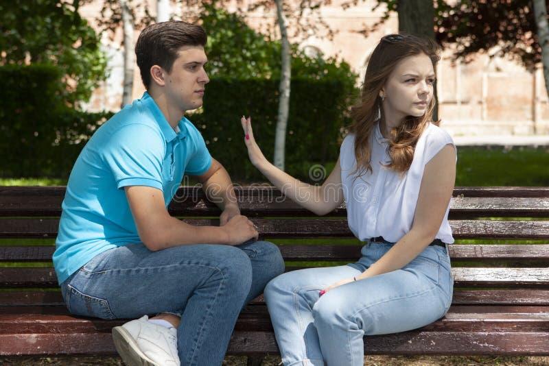 Unga attraktiva par har ett argument över något, utomhus- fors arkivbild