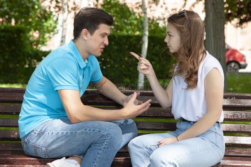 Unga attraktiva par har ett argument över något, utomhus- fors arkivfoton