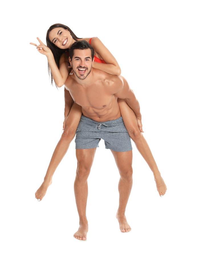 Unga attraktiva par i strandkläder på vit arkivbilder