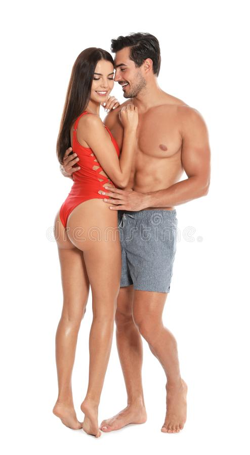 Unga attraktiva par i strandkläder på vit arkivfoton