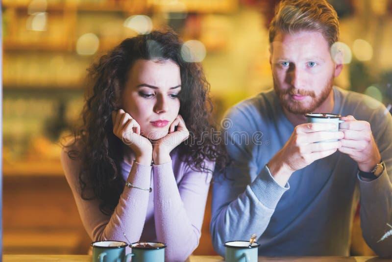 Unga attraktiva par som har problem på datum fotografering för bildbyråer