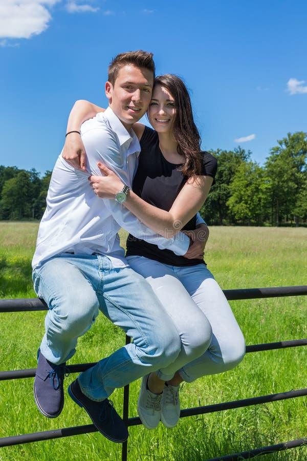 Unga attraktiva par som omfamnar sig på solig dag royaltyfria bilder