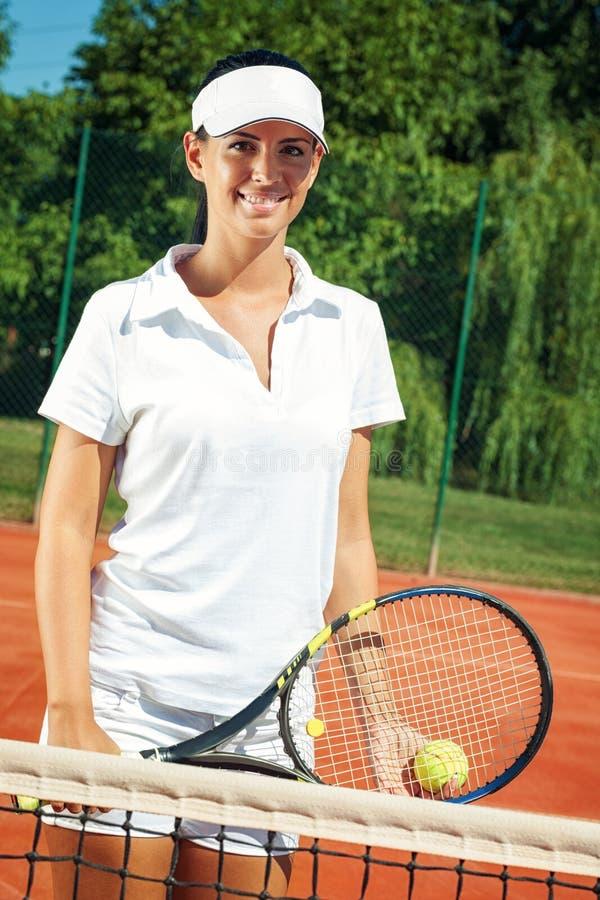 Unga attraktiva tennisspelare royaltyfri bild