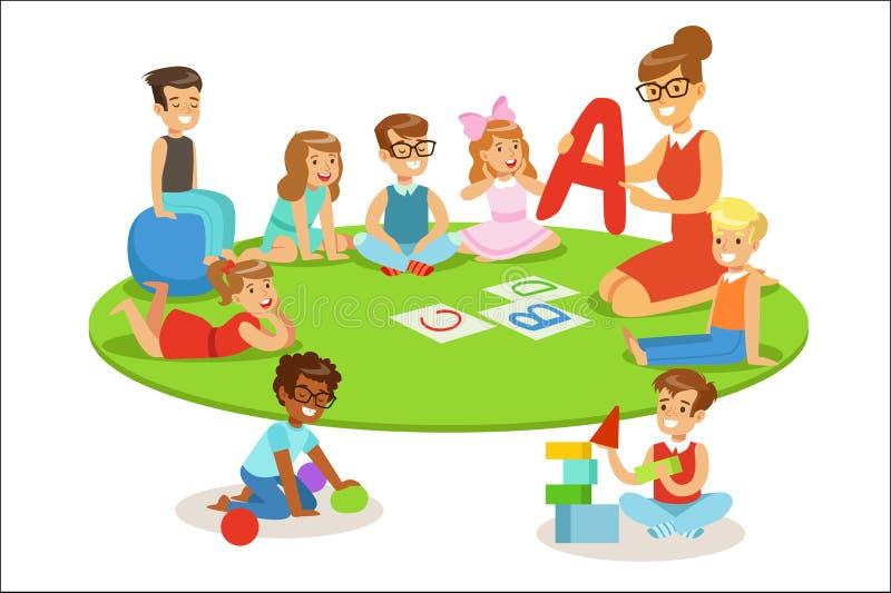 Unga barn som l?r alfabet och spelar i daghem med l?raren Sitting And Laying p? golvet stock illustrationer