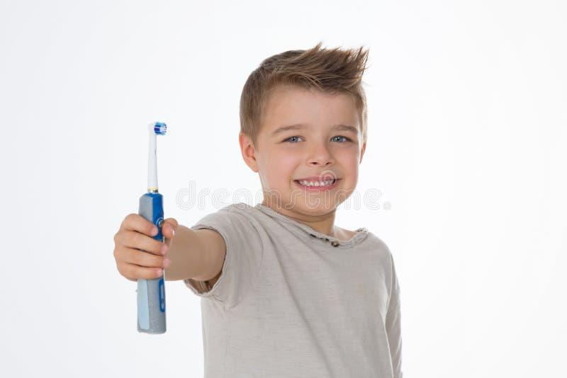 Unga barnet i advertizing poserar arkivbild