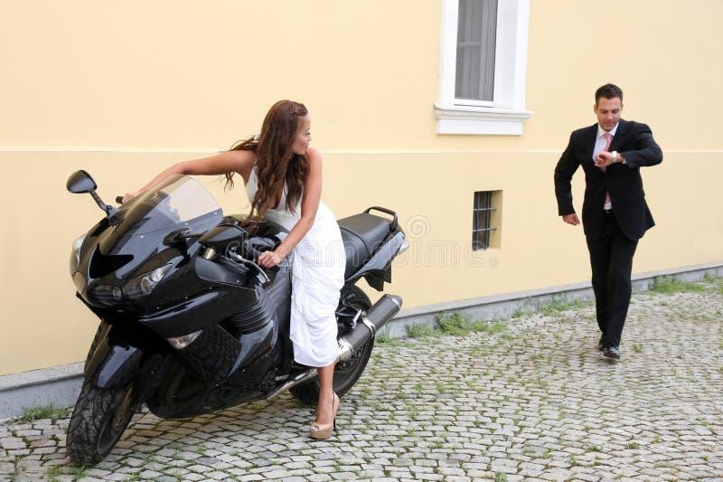 Unga brölloppar med mopeden royaltyfria bilder