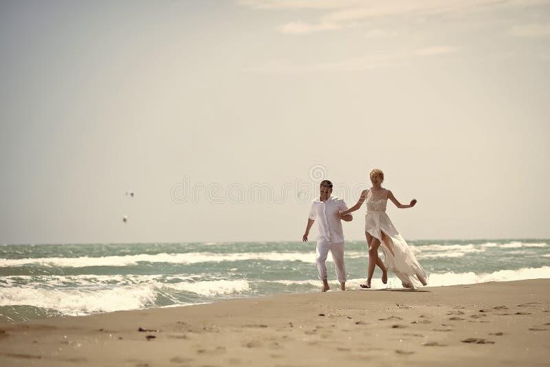 Unga brölloppar på stranden arkivbild