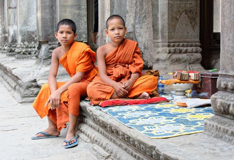Unga buddistiska munkar på Angkor Wat arkivbild