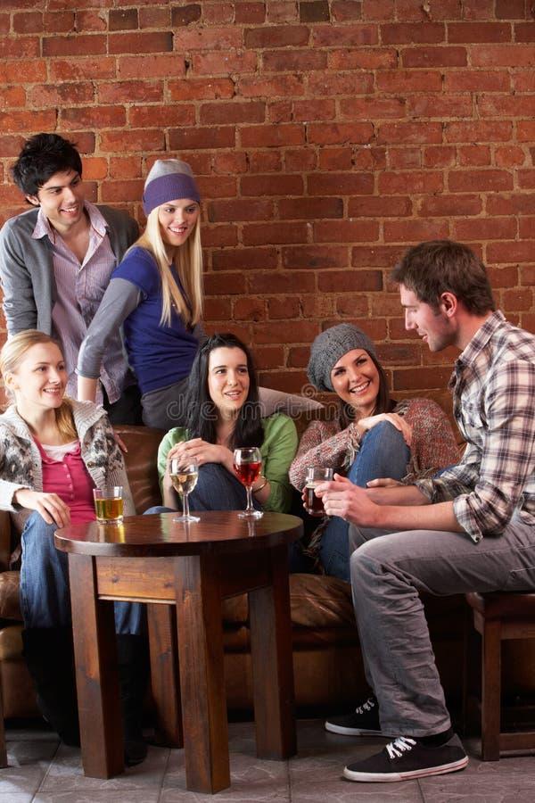 unga cafevänner fotografering för bildbyråer