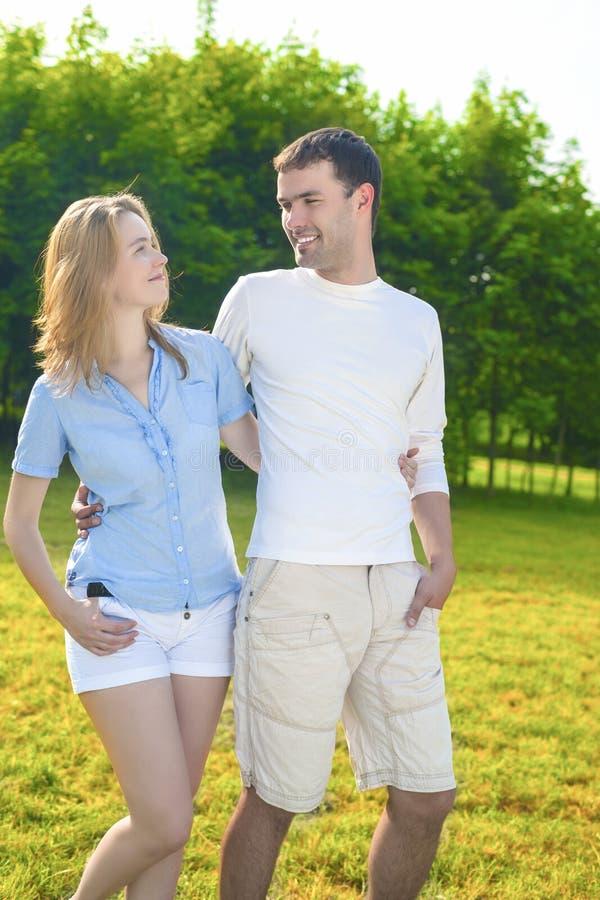 Unga Caucasian par som tillsammans har utomhus en gå parkerar in fotografering för bildbyråer