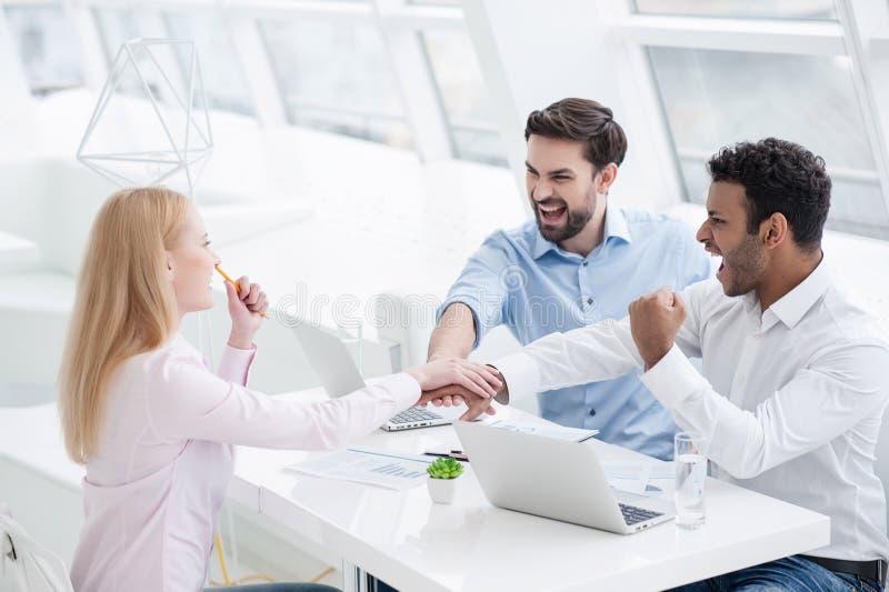 Unga coworkers som har idékläckningperiod i modernt kontor royaltyfri bild