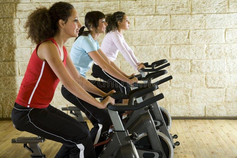 unga cykelövningskvinnor arkivfoton