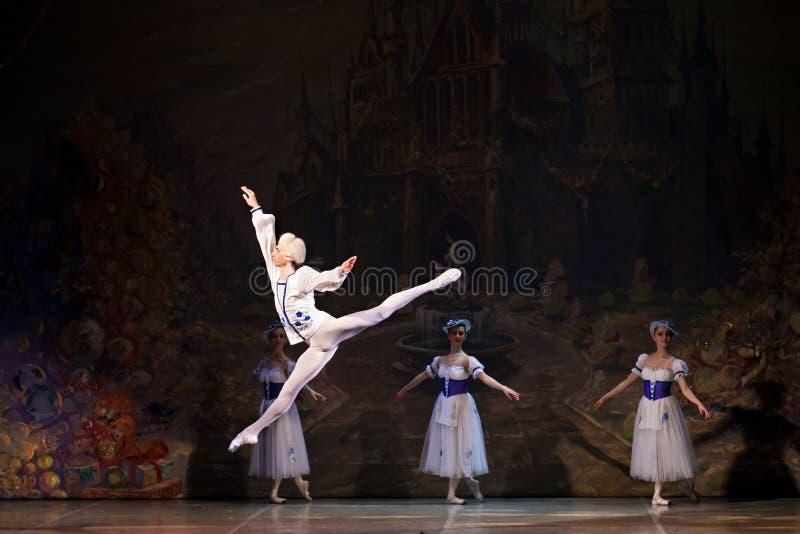 Unga dansareballerina i den klassiska dansen för grupp, balett royaltyfri bild
