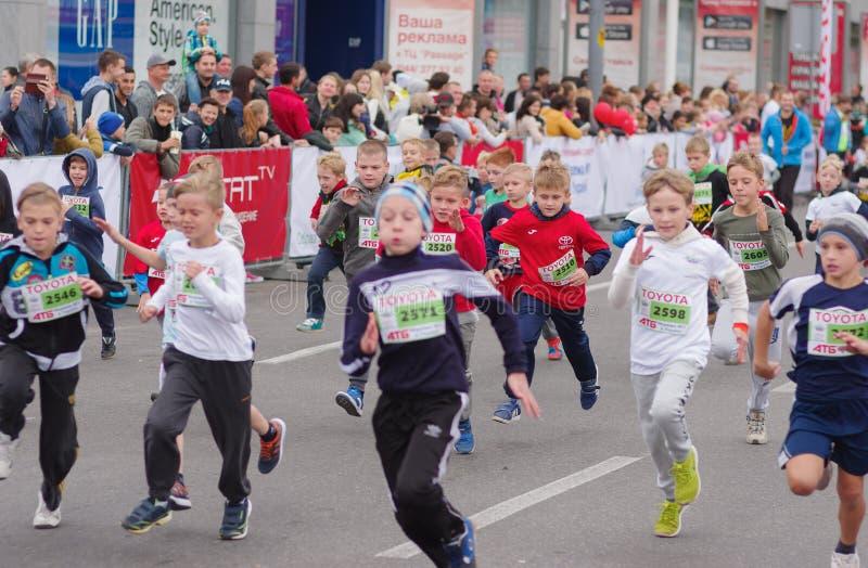 Unga deltagare som skynda sig till mållinjen under ungeavsnitt av loppet för ` för `-Dnepr Eco maraton royaltyfria foton