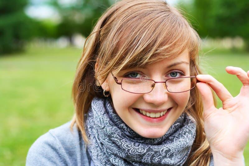unga flickaexponeringsglas royaltyfri bild