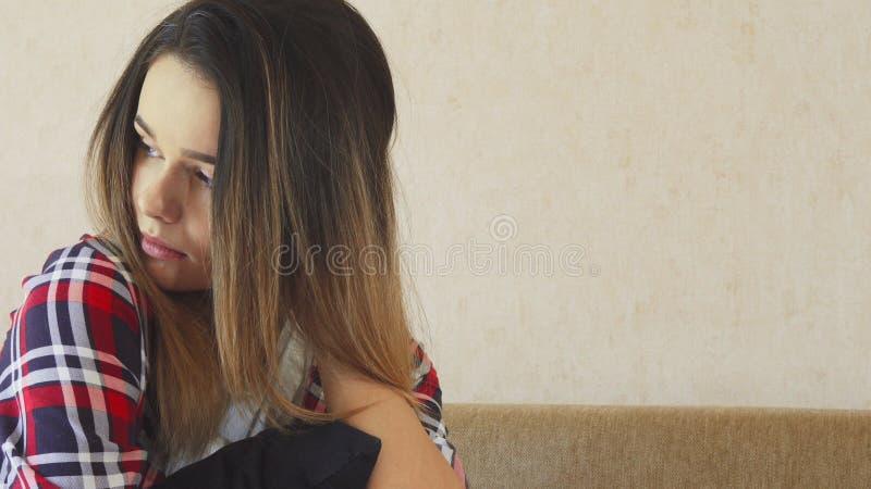 Unga flickan är extremt ledsen royaltyfria bilder