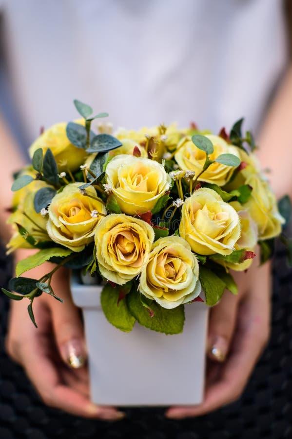 Unga flickan den hållande vasen med den nya våren blommar arkivfoton