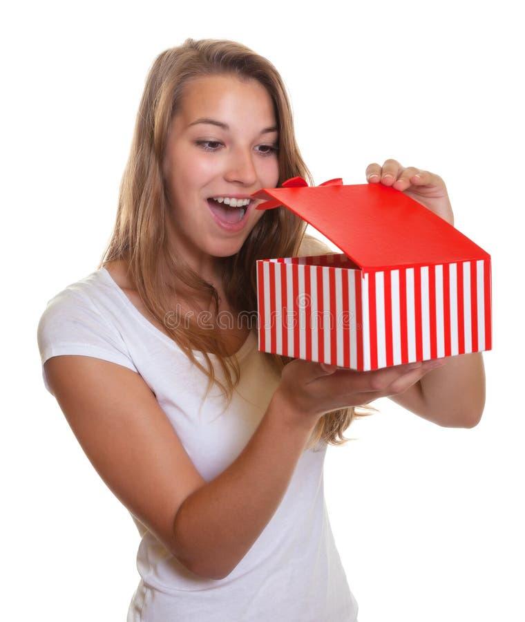 Unga flickan får en trevlig överraskning som julgåva royaltyfria foton