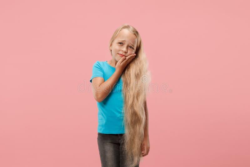 Unga flickan har tandvärk royaltyfria foton