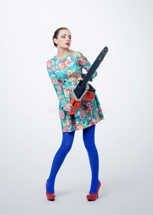 Unga flickan i hållande elkraft för klänning såg på bakgrund Kvinna med hjälpmedelbegrepp royaltyfri bild