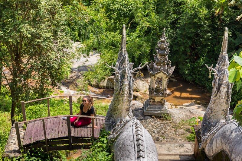 Unga flickan poserar på en buddistisk tempel Wat i Chiang Mai arkivbild