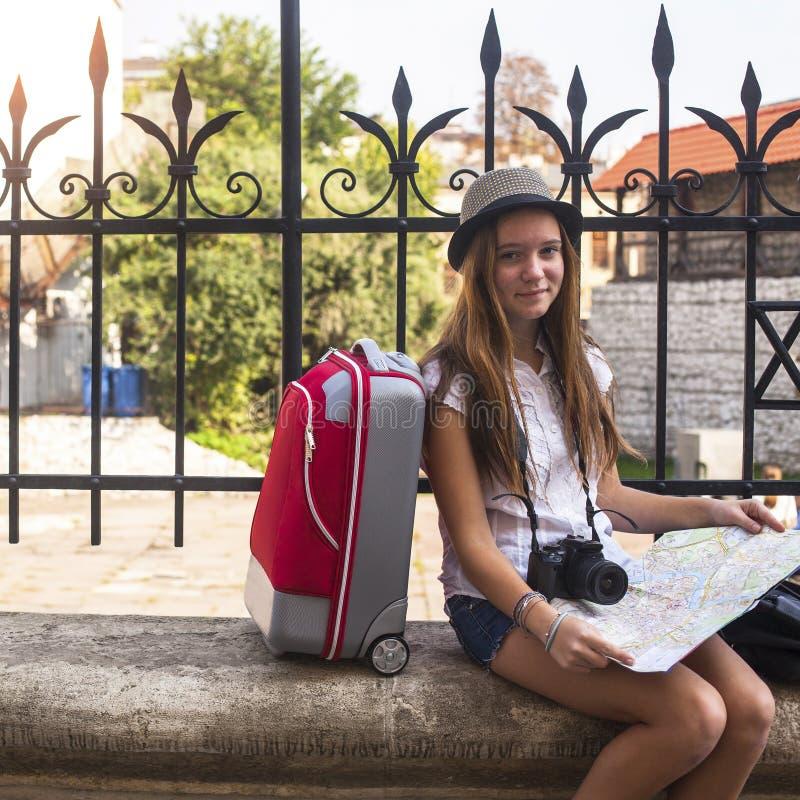 Unga flickan reser till Europa royaltyfri foto