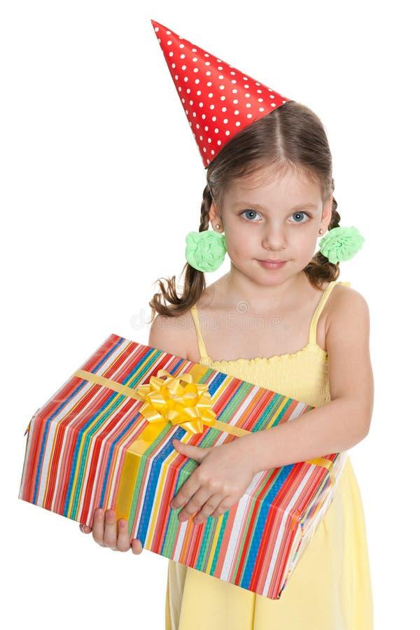 Unga flickan rymmer en gåvaask fotografering för bildbyråer