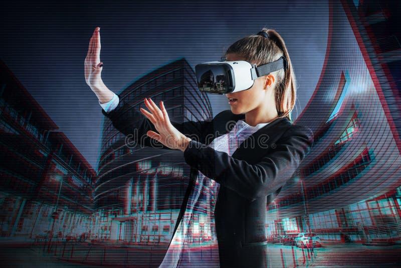Unga flickan som får hörlurar med mikrofon för erfarenhet VR, använder ökat verklighetglasögon och att vara i en virtuell verklig royaltyfria bilder