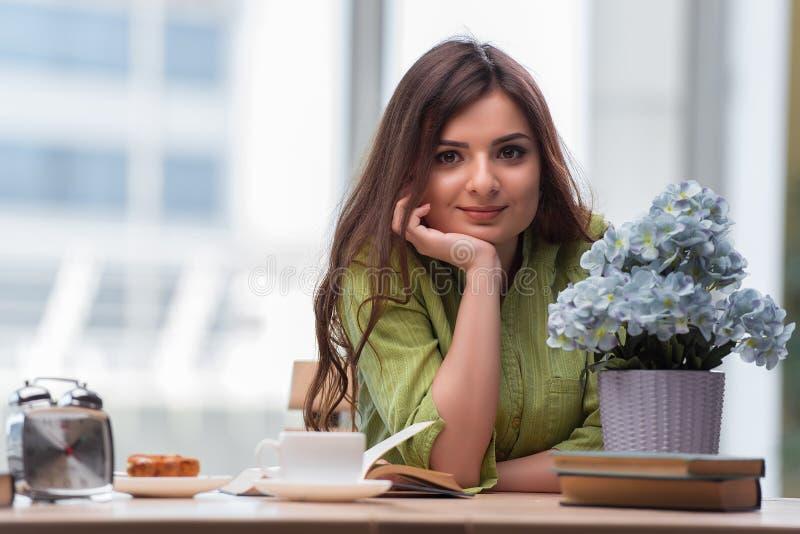 Unga flickan som har frukosten i morgonen arkivbild
