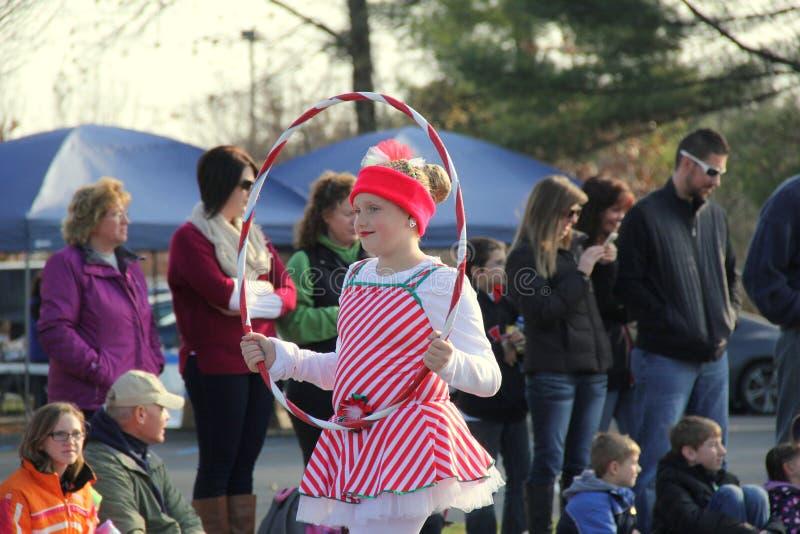 Unga flickan som kläs som en godisrotting och att utföra med hulabeslaget i årlig ferie, ståtar, Glens Falls, New York, 2014 royaltyfri fotografi