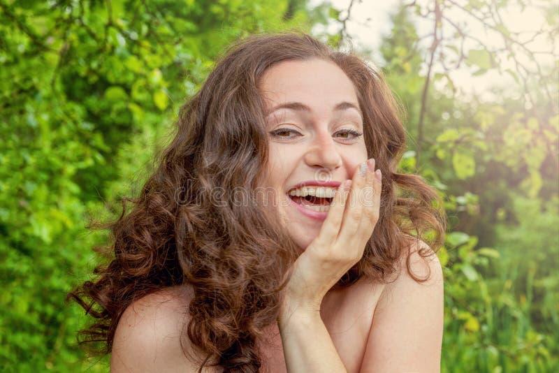 Unga flickan som in ler och skrattar, parkerar fotografering för bildbyråer