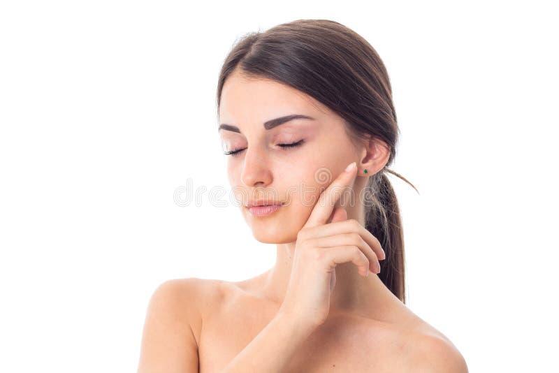 Unga flickan tar att bry sig hennes hud royaltyfria bilder
