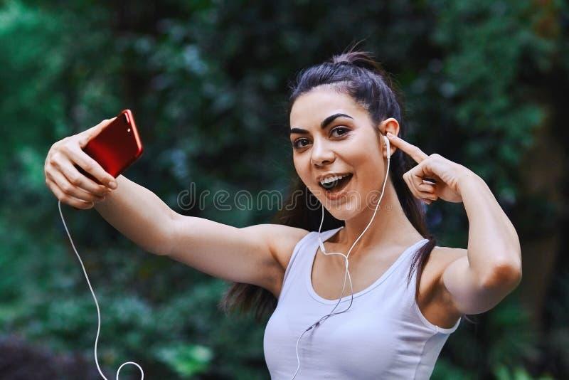 Unga flickan tar Selfie fotografering för bildbyråer
