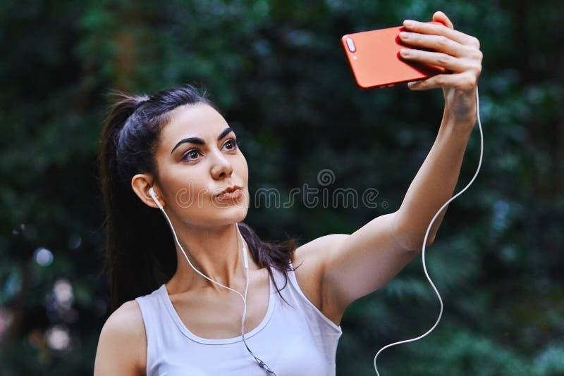 Unga flickan tar Selfie arkivfoto