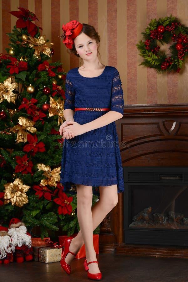 Unga flickan väntar på jul royaltyfri bild