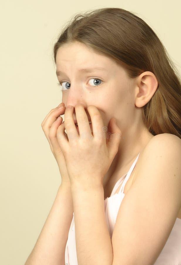 Unga flickan verkar att vara mycket rädd arkivbilder