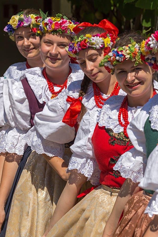 Download Unga Flickor Från Polen I Traditionell Dräkt Redaktionell Bild - Bild av bonde, kultur: 76701571