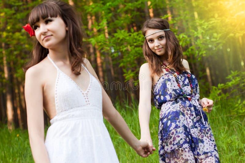 Unga flickor i skogen royaltyfri fotografi