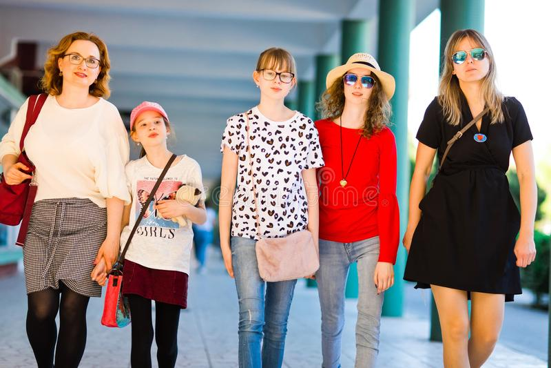 Unga flickor och kvinnor på att shoppa tur royaltyfri foto