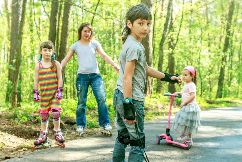 Unga flickor och pojke, i att försvinna snabbt för skyddsutrustning och för rullar arkivbild