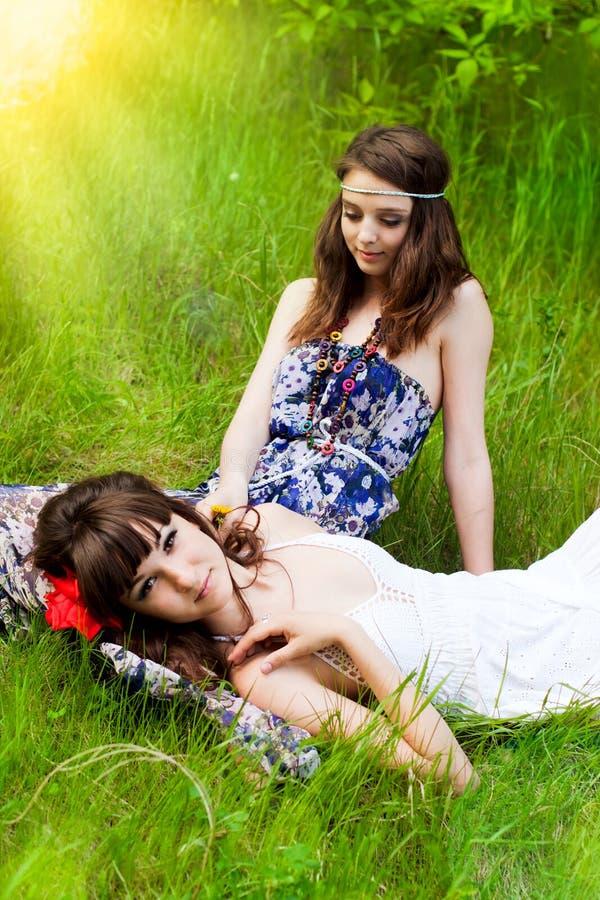 Unga flickor på ängen fotografering för bildbyråer