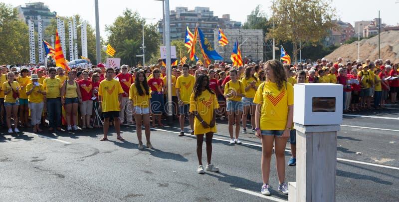 Unga flickor på samlar fordrande självständighet för Catalonia arkivfoto