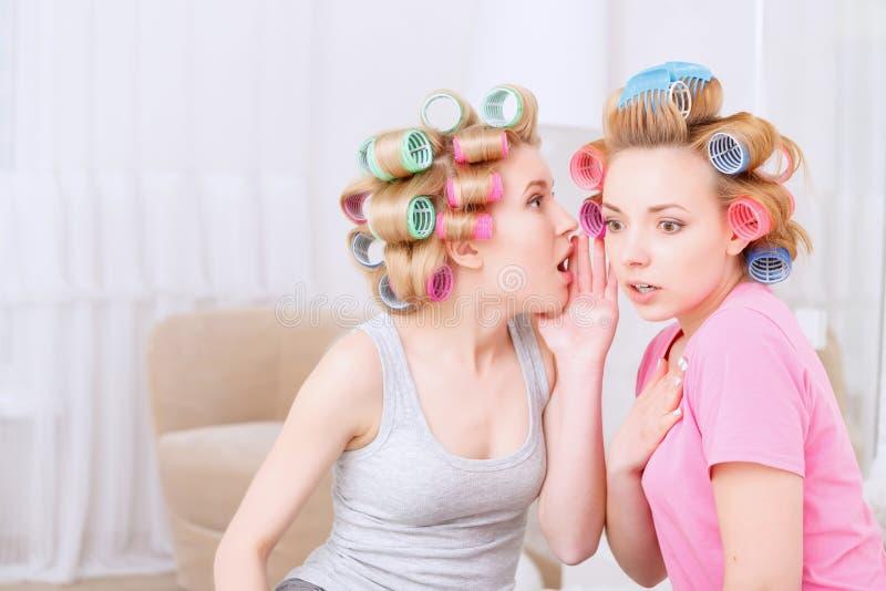 Unga flickor som delar hemligheter arkivfoton