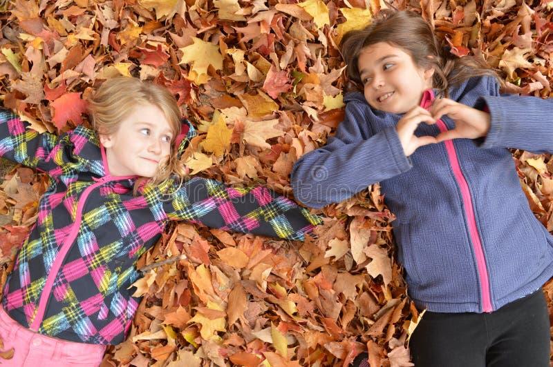 Unga flickor som spelar i sidorna i nedgång royaltyfria foton